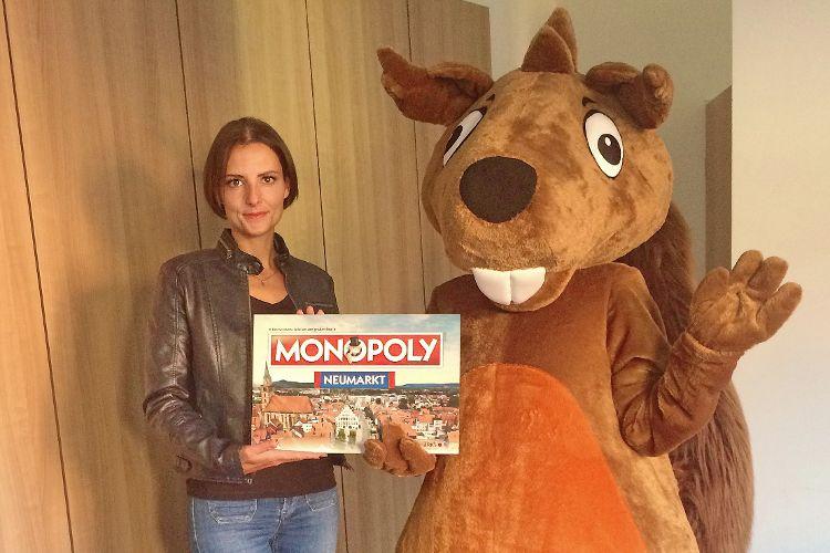 """Eichhörnchen """"Regionaldo"""", Maskottchen der gleichnamigen Rabattkarte, überreichte Frau Judith Gerngroß einen Gutschein für ein Exemplar des Neumarkter Monopoly. (Foto: Eisner)"""